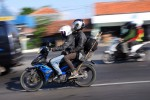 Pemudik menggunakan sepeda motor melintas di jalur Pantura, Tegal, Jateng, Senin (29/7). Sejumlah pemudik menggunakan sepeda motor dan mobil pribadi mulai melintas di jalur pantura.