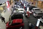 Pengunjung melihat-lihat mobil yang dipajang di pameran otomotif di Solo Paragon Life Style Mall, Solo, Kamis (18/7/2013). Kalangan pengusaha diler otomotif genjot penjualan dengan menawarkan berbagai program promo selama Bulan Ramadan. Maulana Surya