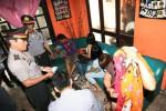 Petugas Polsek Laweyan melakukan razia dan pembinaan di sebuah salon di Jl Melati, Purwosari, Solo, Jumat (5/7). Petugas juga melakukan sosialisasi Perda Urhu agar ditaati pengusaha salon