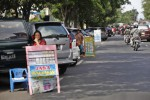 Warga menawarkan jasa penukaran uang baru di Jl. Slamet Riyadi, Solo, Rabu (17/7). Pemkot Solo berencana melokalisasi jasa penukaran uang baru di kawasan Plaza Sriwedari.