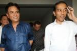 Mantan Mensesneg yang juga pakar Hukum Tata Negara Yusril Ihza Mahendra (kiri) dan Gubernur DKI Jakarta Joko Widodo (kanan) seusai melakukan pertemuan tertutup di kediaman mantan Mensesneg di Jakarta, Kamis (27/6/2013). Dikabarkan kala itu, kunjungan tersebut dilakukan Jokowi untuk berkonsultasi terkait berbagai masalah hukum yang kerap timbul dengan kebijakan Pemprov DKI Jakarta. (JIBI/Solopos/AntaraM Agung Rajasa)