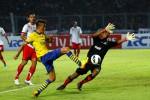 Pemain Arsenal (tengah) saat melakoni laga persahabatan melawan Indonesia Dream Team di Stadion Gelora Utama Bung Karno, Minggu (14/7/2013). Laga ini merupakan rangkaian agenda tur pramusim asia-nya. DokJIBI/Bisnis/Dwi Prasetya