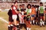 Kenangan 30 tahun lalu, saat Arsenal menghadapi Niac Mitra di Surabaya. Arsenal.com