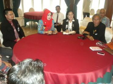 Bupati Karanganyar, Rina Iriani beramah tamah dengan kru film Gajah Mada di Hotel Lorin, Colomadu, Karanganyar, Rabu (24/7/2013).