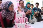 Pemenang X Factor Indonesia 2013 Fatin Shidqia Lubis meniup lilin kue ulang tahunnya di kantor Sony Music, Johar, Jakarta, Selasa, (30/7). Pada perayaan hari jadinya yang ke-17, Fatin mengadakan acara buka bersama dan pemberian santunan kepada 1000 anak yatim piatu pondok pesantren Majelis As'saadah di kawasan Cipayung, Bogor.