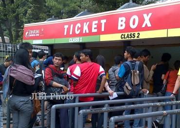 Sejumlah fans Arsenal mengantre membeli tiket laga persahabatan Indonesia Dream Team kontra Arsenal di Ticket Box di kompleks Stadion Utama Gelora Bung Karno, Jakarta, Sabtu (13/7/2013). Meski pertandingan persahabatan baru akan digelar pada Minggu (14/7/2013), hingga sabtu siang tiket tersebut sudah terjual sekitar 30.000-an lembar.
