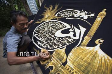 KERAJINAN BATIK KALIGRAFI BANTUL Seorang perajin menyelesaikan batik Kaligrafi dengan prada emas di Gunting, Pandak, Bantul, Yogyakarta, Sabtu (13/7). Batik dengan tulisan Kaligrafi ayat-ayat suci Al-Quran tersebut dijual dengan harga Rp 50.000 hingga Rp 250.000 per kain untuk pasar lokal Indonesia dan Rp 350.000 per kain untuk pasar ekspor di Malaysia dan negara-negara di Timur Tengah yang pada bulan Ramadhan ini mengalami kenaikan permintaan ekspor hingga 50 persen.