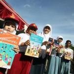 JIBI/Harian Jogja/Desi Suryanto Siswa tingkat SD, SMP dan SMA menunjukkan buku pelajaran Kurikulum 2013.