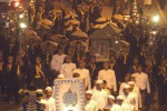 Sejumlah abdi dalem Keraton Kasunanan Surakarta membawa Tumpeng Sewu sebagai tanda peringatan Malem Selikuran puasa Ramadan dari Keraton menuju Joglo Sriwedari, Solo, Rabu (3/11) malam.(Sunaryo Haryo Bayu/JIBI/SOLOPOS)