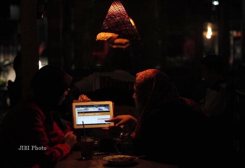 Warga mengakses website Pos Indonesia untuk mengetahui tarif pengiriman logistik, di Solo, Minggu (21/7). PT Pos Indonesia mengembangkan layanan  e-commers atau transaksi keuangan yang cepat untuk kembali merebut bisnis logistik dan jasa pengiriman, terutama untuk corporate ditengah ketatnya persaingan jasa pengiriman.