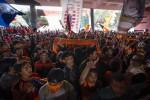 Sejumlah suporter Persija memenuhi pintu masuk Stadion Gelora Utama Bung Karno untuk menyaksikan laga melawan Persija, Jakarta, Sabtu (22/6/2013). Laga itu akhirnya batal digelar karena terjadi kerusuhan. (DokJIBI/SOLOPOS/Antara)