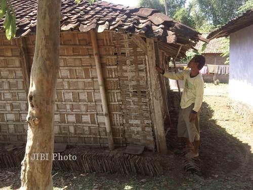 Paryono, 44,  warga Dukuh Sumber RT 5, Desa Cepoko, Kecamatan Sumberlawang, Sragen menunjukkan bagian belakang rumahnya, Minggu (28/7/2013). (Fajar Widantoro/JIBI/Solopos)