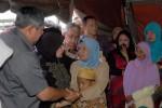 MINTA RELOKASI KAMPUNG  Presiden Susilo Bambang Yudhoyono ( kiri) bersama Ibu Negara Ani Yudhoyono (2 kiri) menemui pengungsi korban gempa 6,2 SR di Desa Kute Delime, Kecamatan Ketol, Aceh Tengah, Provinsi Aceh. Selasa (9/7). Sebanyak 22.135 pengungsi korban gempa Aceh Tengah dan Bener Meriah yang menempati tenda darurat meminta relokasi (pindah perkampungan) kepada Presiden karena takut terjadi bencana yang sama dimasa akan datang.