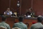 akim Anggota, Mayor (Sus) Tri Ahmad (kiri) saat menanyai saksi yang terdiri dari Letkol Maruli Simanjutak (urut kanan), Letkol Burhan Samsudin, dan Sertu Hasmudin pada sidang lanjutan kasus penyerangan Lapas IIB-Sleman Cebongan di Pengadilan Militer II-11 Yogyakarta, Banguntapan, Bantul, Kamis (18/7). Para saksi tersebut bersaksi untuk ketiga terdakwa yaitu Serda Ucok Tigor Simbolon, Serda Sugeng Sumaryanto dan Koptu Kodik anggota Grup 2 Kopassus, Kandang Menjangan, Kartasura.