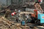 NORMALISASI CILIWUNG Pekerja menyelesaikan proyek normalisasi sungai Ciliwung di Jakarta, Selasa (09/7) Pemerintah menargetkan normalisasi sungai Ciliwung akan selesai pada tahun akhir 2014. Permasalahan utama proyek ini adalah mengatasi masalah sosial yaitu memindahkan warga yang tinggal di bantaran sungai.