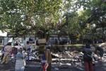 Warga melihat kondisi sejumlah kios buku di Sriwedari, Solo, Kamis (1/8/2013) pasca kebakaran. Kerugian atas kebakaran tersebut ditaksir mencapai ratusan juta rupiah. (Agoes Rudianto/JIBI/Solopos)