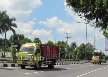Salah satu truk pengangkut pasir nekat beroperasi di jalan Jogja-Solo tepatnya tak jauh dari Rumah Sakit Umum Pusat (RSUP) Klaten pada H-7 Lebaran, Kamis (1/8/2013). (Moh. Khodiq Duhri/JIBI/Solopos)