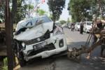 Mobil Suzuki Ertiga ringsek setelah menabrak tembok bengkel di Kemiri, Mojosongo, Boyolali. Diduga sopir mengantuk (Septhia Ryanthie/JIBI/Solopos)