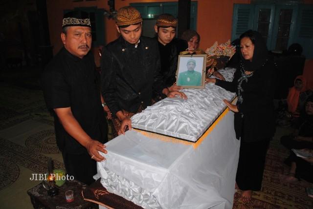 Jenazah dalang Ki Joko Wardono saat berada di rumah duka di Pengging, Boyolali. (Himawan Ardhi Ristanto/JIBI/Solopos)