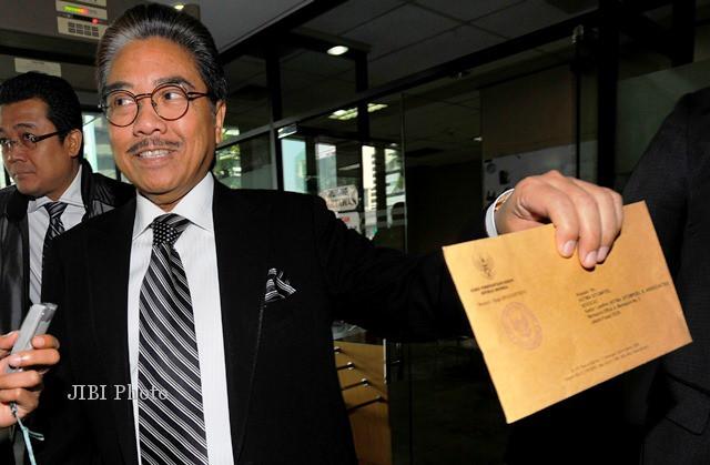 Pengacara senior Hotma Sitompul menunjukkan surat panggilan setibanya ...