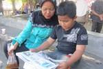 Ilustrasi anak-anak membaca koran