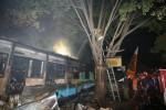 Petugas PMK dan warga berjibaku saat memadamkan api yang melalap puluhan kios buku di Jl Perintis Kemerdekaan belakang Sriwedari, solo, Rabu (31/7) malam