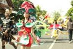 salah satu kelompok peserta menunjukkan kreativitasnya di ajang karnaval pembangunan di Wonosari, Rabu (21/8/2013).