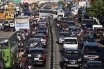 Kesibukan arus lalu lintas di Jl. A. Yani Kartasura, Sukoharjo, Minggu (11/8/2013), merupakan indikasi banyaknya kenbdaraan yang meninggalkan Kota Solo melalui pintu barat Kota Bengawan
