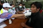 Petugas medis melakukan tes paru-paru terhadap para sopir bus di terminal Tirtonadi , Sabtu (3/8). Hal tersebut untuk menghindari kecelakaan akibat kesehatan para sopir yang menurun.