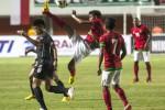 Pesepakbola Indonesia U-23, Alfin Ismail (tengah) melakukan tendangan salto dalam pertandingan persahabatan melawan Timnas Brunei Darussalam U-23 di Stadion Maguwoharjo, Sleman, Yogyakarta, Kamis (15/8) malam.