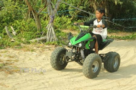 Wisatawan menikmati wahana ATV di Pantai Sepanjang Gunungkidul (JIBI/Harian Jogja/Kusnul Isti Qomah)