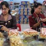 petugas mengecek makanan di toko makanan. (JIBI/Harian Jogja/Dok)
