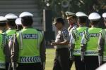 Kapolresta Solo Kombes Pol Asjima'in melakukan pemeriksaan barisan saat memimpin gelar pasukan operasi ketupat Candi 2013 di lapangan Kottabarat, Kamis (1/8). Operasi Ketupat Candi tersebut digelar dari H-7 hingga H+7 Lebaran 2013