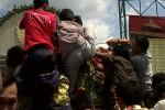 LEBARAN 2013 : Warga Berebut Gunungan
