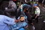 Petugas Satlantas Polres Karanganyar, SAR, tim medis dan tim mekanik berusaha membebaskan tiga penumpang taksi Kosti yang tergencet truk trailer bermuatan pancang beton di jalan raya Solo-Sragen di desa Kebakramat, Karanganyar Sabtu (31/8/2013). Saat petugas berusaha mengevakuasi kondisi korban dalam keadaan kritis. (Sunaryo HB/JIBI/Solopos)
