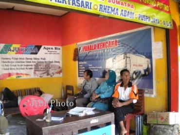 Penumpang tengah menunggu bus di kios agen penjual tiket yang berada di kompleks Terminal Sukoharjo, Rabu (31/7/2013). ( Dian Dewi Purnamasari/JIBI/Solopos)