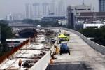 Suasana pembangunan jalan tol Pelabuhan Tanjung Priok Jakarta, Rabu (31/7). Pembangunan proyek tersebut saat ini telah mencapai 78 persen dan ditargetkan beroperasi di akhir tahun 2014.
