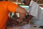 Warga Desa Wonoharjo, Kecamatan Wonogiri, membubuhkan cap jempol di dokumen pembagian BLSM Tahap II, yang dilaksanakan di kantor desa setempat, Senin (2/9/2013). (JIBI/SOLOPOS/Tika Sekar Arum,)