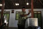 Calon Bupati Karanganyar, Aris Wuryanto menggunakan hak pilik dalam Pilkada Karanganyar 2013 di TPS 11, Kelurahan Kopongan, Karanganyar, Minggu (22/9/2013). (Maulana Surya/JIBI/Solopos)