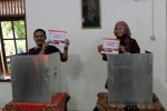 Calon Bupati Karanganyar,Paryono didampingi istrinya menggunakan hak pilik dalam Pilkada Karanganyar 2013 di TPS 7, Tegas asri, Kelurahan Bejen, Karanganyar, Minggu (22/9). Paryono yang berpasangan dengan Dyah Shintawati didukung oleh partai PDIP. (JIBI/SOLOPOS/Maulana Surya)
