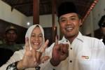 Calon Bupati Karanganyar, Julyatmono didampingi istrinya menunjukkan jari usai menggunakan hak pilik dalam Pilkada Karanganyar 2013 di TPS 12, Dusun Pokoh, Ngijo, Karanganyar, Minggu (22/9/2013). (Maulana Surya/JIBI/Solopos)