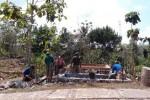 Warga Dusun Namberan tengah bergotong royong membangun pos ronda, Minggu (1/9/2013).