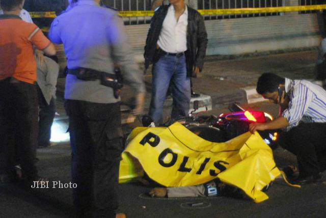 Jenazah anggota Provos Mabes Polri, Bripka Sukardi,  tergeletak usai ditembak orang tak dikenal di kawasan Rasuna Said, Jakarta, Selasa (10/9/2013) malam. (Alby Albahi/JIBI/Bisnis)