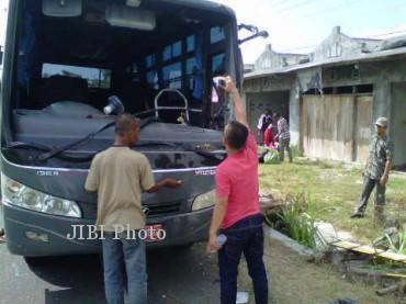 Bus milik STPN rusak bagian depan seusai menabrak truk, Jumat (27/9/2013).