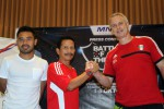 Pelatih Indonesia XI, Djajang Nurjaman (tengah) didampingi salah satu pemain Indonesia XI, Ponaryo Astaman, berjabat tangan dengan pelatih Fulham FC U-21, Kit Symons (kanan) usai memberikan keterangan kepada wartawan di Jogja, Senin (30/9/2013).