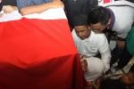 PENEMBAKAN POLISI : MENANGIS DI DEPAN JENAZAH