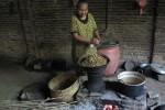 Pengrajin tempe mengolah mlanding untuk diproses menjadi tempe mlanding di rumahnya, Desa Ngadirojo Kidul, Kecamatan Ngadirojo, Wonogiri, Minggu (8/9/2013). Mlanding menjadi pilihan pengganti kedelai yang harganya mahal. (Tika Sekar Arum/JIBI/Solopos)