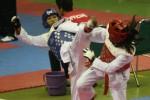 Taekwondoin putri Windiasih (kiri) bertarung melawan Astari dalam UNS Taekwondo Championship III Nasional Open Tournamen di GOR Manahan, Sabtu (31/8/2013).