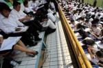 Para calon pegawai negeri sipil (CPNS) unit pusat Kemenkuham mengerjakan soal tes tertulis di Stadion Lebak Bulus, Jakarta, Sabtu (8/9/2012). Ujian kala itu diikuti 1752 peserta yang berebut mengisi 79 posisi di unit pusat Kementerian Hukum dan HAM.