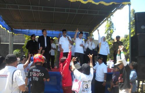 Calon Bupati (Cabup) Karanganyar, Juliyatmono (berkacamata hitam) dan pasangannya Calon wakil Bupati (Cawabup), Rohadi Widodo (kanan Juliyatmono) berkampanye di Lapangan Blulukan, Kecamatan Coloamdu, Karanganyar, Minggu (15/9/2013). ( Iskandar/JIBI/Solopos)